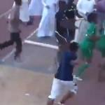 فيديو: لاعبين كرة قدم في السعودية يضربون حكم المباراة ورجال الأمن يطلقون الرصاص الحي !
