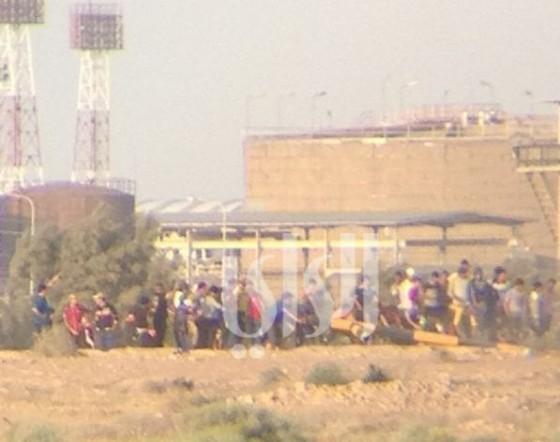 صور من حادثة قيام عراقيين بإزالة الأنبوب الحدودي بين الحدود الكويتية العراقية بعد تبادل لإطلاق النار