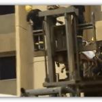 فيديو: رافعات لنقل شاب سعودي ضخم من بيته إلى المستشفى يزن 610 كيلو جراماً