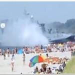 فيديو: سفينة حربية تصطدم بشاطئ مزدحم في روسيا