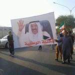 """فيديو + صور: مسيرة لـ""""البدون"""" في تيماء تتصدرها صورة سمو الأمير و القوات الخاصة تفضها بالقوة"""