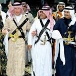 """فيديو: ولي عهد بريطانيا الأمير تشارلز يرتدي الزي السعودي ويلعب """"العرضة"""" في الجنادرية"""