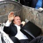 فيديو: متظاهرون في أوكرانيا يرمون نائب في حاوية القمامة سبق أن صوت مع قانون ضد التظاهر