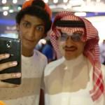 """فيديو: """"شبيه الأمير الوليد بن طلال"""" يتم إيقافه مئات المرات يومياً لإلتقاط صور سيلفي معه"""