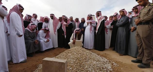 فيديو: مراسم تشييع جثمان الملك عبدالله بن عبدالعزيز آل سعود و دفنه في مقبرة العود 23-1-2015