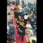 """فيديو: (MBC) طالب أردني يبصق على أستاذه خلال حفل التخرج و""""الجامعة"""" تسحب شهادته"""