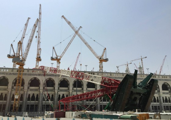 A construction crane which crashed in the Grand Mosque is pictured in the Muslim holy city of Mecca, Saudi Arabia September 12, 2015. At least 107 people were killed when the crane toppled over at Mecca's Grand Mosque on Friday, Saudi Arabia's Civil Defence authority said, less than two weeks before Islam's annual haj pilgrimage. REUTERS/Mohamed Al Hwaity TPX IMAGES OF THE DAY