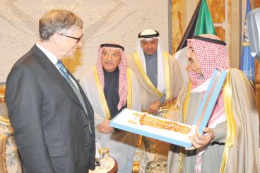 حوار سمو الأمير مع بيل غيتس خلال منحه وسام الكويت ذو الوشاح من الدرجة الأولى