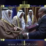 فيديو/ رئيس شركة يقدم درع تذكاري إلى سمو الأمير بإسمه وسموه يرد: «مالكم في صباح الأحمد حطوا عليها رمز الكويت»