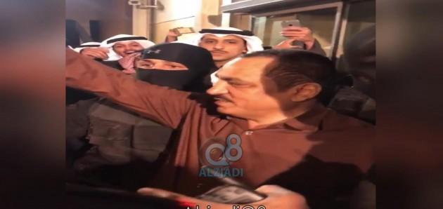 """فيديو: مسلم البراك من المستشفى بعد حادثة الإعتداء عليه في السجن وسط هتافات """"بالروح بالدم نفديك يا مسلم"""""""