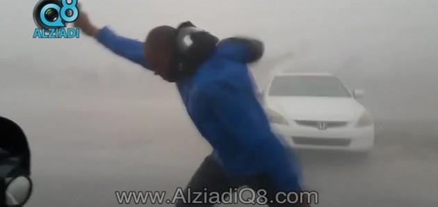 فيديو: عالِم أرصاد وعواصف يقيس سرعة الرياح في إعصار إيرما